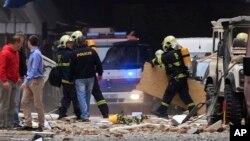 체코 프라하 도심의 한 건물에서 29일 폭발 사고가 발생한 가운데, 경찰과 소방관들이 현장을 조사하고 있다.