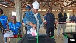 Tổng thống Liberia đồng thời là ứng cử viên tổng thống của Đảng Unity, Ellen Johnson Sirleaf, tại 1 trạm bỏ phiếu ở Feefee, Liberia, 11/10/2011