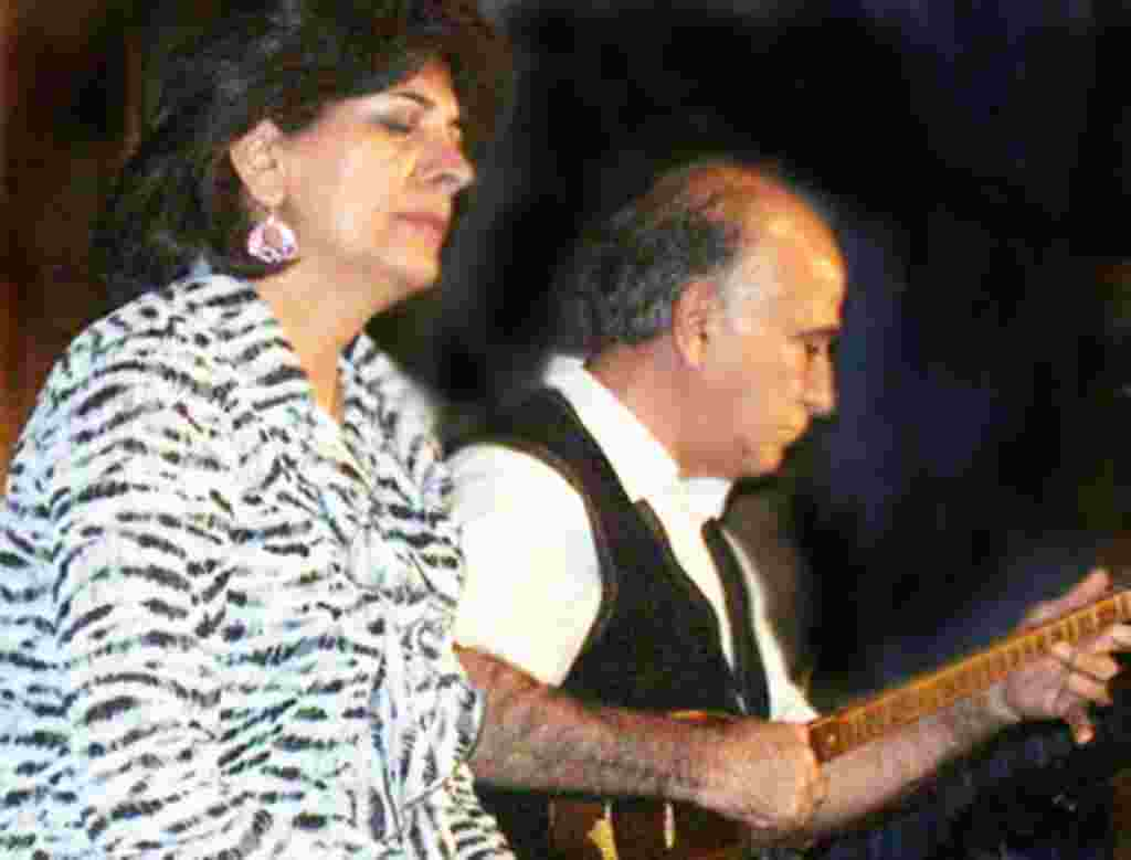 مهوش وطنخواهی و داراب شباهنگ در حال اجرای تصنیف « پرندگان مهاجر»