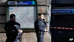 Cảnh sát Pháp phong tỏa khu vực vụ nổ súng trước một trạm cảnh sát ở Paris, ngày 7/1/2016.