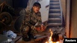 កងកម្លាំងប្រជាធិបតេយ្យស៊ីរីឆុងតែនៅក្នុងផ្ទះក្នុងក្រុង Raqqa ប្រទេសស៊ីរី កាលពីថ្ងៃទី២៧ ខែមិថុនា ឆ្នាំ២០១៧។