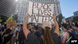"""2020年6月10日加利福尼亞洛杉磯抗議者舉著""""黑人的命也是命""""的牌子。"""