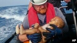 Des membres de Sea-Watch au cours d'une opération de sauvetage au large des côtes de la Libye, le 27 mai 2016