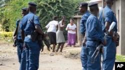 Fararen hula da 'yansanda suna taho mu gama a Bujumbura, Burundi