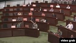 香港泛民主派議員在立法會上抗議一地兩檢方案