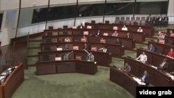 香港民主派议员抗议一地两检法案