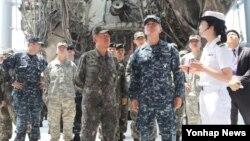 해리 해리스 신임 미국 태평양 사령관(오른쪽 두번째)과 최윤희 한국 합참의장(오른쪽 세번째)이 10일 경기도 해군 2함대 안보공원에서 희생 장병을 추모한 뒤 전시된 천안함 선체를 둘러보고 있다.