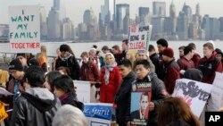 Defensores de la reforma migratoria toman parte en un mitin en Ellis Island, cerca de la Estatua de la Libertad, en Nueva York.
