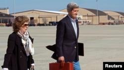 Ngoại trưởng Mỹ John Kerry và phu nhân Teresa Heinz Kerry đáp máy bay tại Căn cứ Không quân Andrews ở Maryland, ngày 6/4/2013.