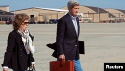 U.S. Secretary of State John Kerry and his wife Teresa Heinz Kerry board a second plane after their original aircraft had mechanical problems at Andrews Air Force Base in Maryland, Apr. 6, 2013.