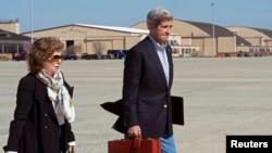 미국의 존 케리 국무장관(오른쪽)과 부인 테레사 하인즈 케리가 6일 메릴랜드 앤드류스 공군기지에서 비행기에 오르고 있다.