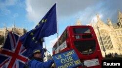 Des manifestants anti-Brexit devant le Parlement britannique à Londres, le 16 janvier 2018.