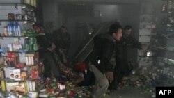 Раненого выносят из кабульского супермаркета, в котором была взорвана бомба