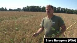 Trey Hill dari Maryland mencari cacing tanah di ladangnya, sebuah tanda ekosistem bawah tanah yang sehat.