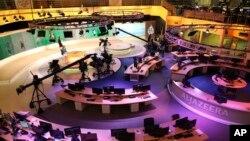 ພະນັກງານຂອງສໍານັກງານ ຂອອົງການຂ່າວສາກົນ al-Jazeera ເຮັດວຽກຢູ່ທີ່ຫ້ອງຂ່າວທີ່ນະຄອນໂດຮ່າຂອງກາຕາ ໃນວັນທີ 1 ມັງກອນ 2015.