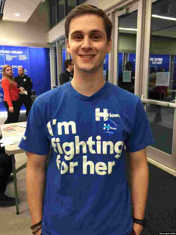 جاناتان، از هیلاری کلینتون حمایت می کند.