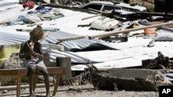 Nhiều nhà cửa bị phá hủy sau trận động đất mạnh, ngày 6/2/2013.