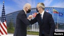 Tổng thống Hoa Kỳ Joe Biden và Tổng thư ký NATO Jens Stoltenberg chào nhau tại thượng đỉnh NATO ở Brussels, Bỉ, vào ngày 14/6/2021.