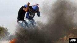 Studenti Univerziteta Birzeit pokrivaju lica tokom sukoba sa izraelskim vojnikom u Gazi, 19. novembra 2012.