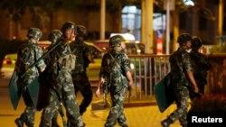 武警和警察在喀什街道上巡逻(2013年6月30日)