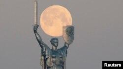 """""""Супер місяць"""" у небі над Києвом 8 квітня 2020 р."""