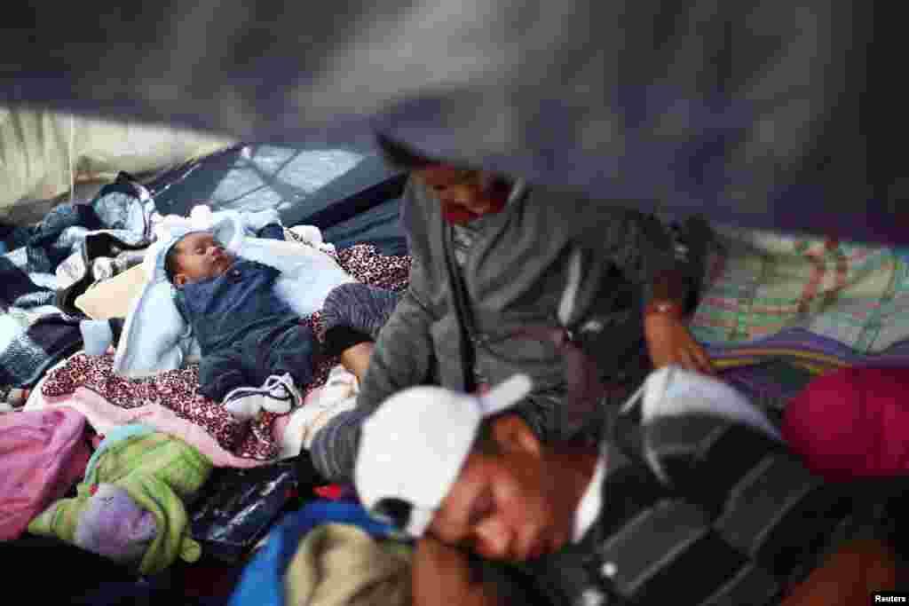 멕시코 남부 과테말라 국경 인근에서 출발해 멕시코 국경도시 티후아나에 도착한 캐러밴이 미국 입국이 받아들여지기를 기다리는 가운데, 아기가 임시 캠프에서 곤히 잠들어 있다.