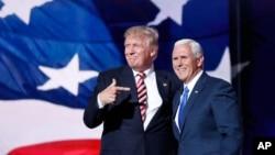 Le 20 juillet 2016, le candidat républicain à la présidence Donald Trump avec son colistier, l'ancien gouverneur de l'État d'Indiana Mike Pence, lors de la Convention nationale du parti républicain à Cleveland, dans l'Ohio.