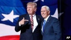 រូបឯកសារ៖ បេក្ខជនប្រធានាធិបតីនៃគណបក្សសាធារណរដ្ឋលោក Donald Trump ចង្អុលទៅបេក្ខជនអនុប្រធានាធិបតីលោក Mike Pence បន្ទាប់ពីលោក Pence បានថ្លែងសុន្ទរកថា ក្នុងពេលសន្និបាតជាតិគណបក្សសាធារណរដ្ឋនៅទីក្រុង Cleveland កាលពីថ្ងៃទី២០ ខែកក្កដា ឆ្នាំ២០១៦។