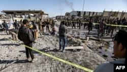 Warga memeriksa lokasi serangan bom mobil di kota al-Bab yang dikuasai Turki di utara provinsi Aleppo Suriah, 24 November 2020.