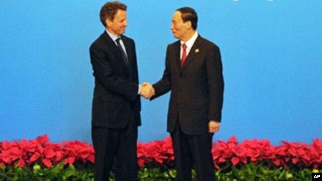 US Treasury Secretary Timothy Geithner and Chinese Vice Premier Wang Qishan (file photo)
