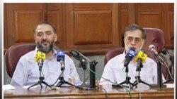 صحنه ای از دادگاه محمدعلی ابطحی (چپ) و محمدعطریانفر (راست)، از چهره های شاخص اصلاح طلب