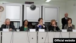 Crnogorski ministar unutrašnjih poslova Raško Konjević (C) i američka ambasadorka u Crnoj Gori Sju Kej Braun na otvaranju obuke za Specijalni istražni tim (gov.me)