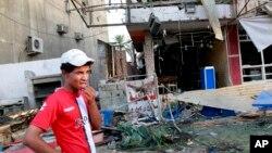 4일 이라크 수도 바그다드 외곽 카라다에서 발생한 자살폭탄 공격 현장.