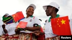桑尼亞人等候迎接中國主席習近平(2013年3月24日)