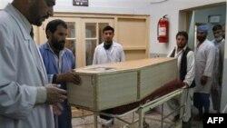 Quan tài của ông Malang Malik, một thành viên hội đồng tỉnh, bị thiệt mạng trong vụ nổ bom ở thị trấn Mehtarlam trong tỉnh Laghman, đông bắc thủ đô Kabul, ngày 15/3/2011