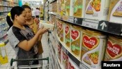 Seorang ibu berbelanja keperluan sehari-hari di sipermarket kota Hefei, Anhui, China (foto; ilustrasi).