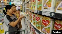 Khách hàng trong tỉnh An Huy chọn sữa để mua