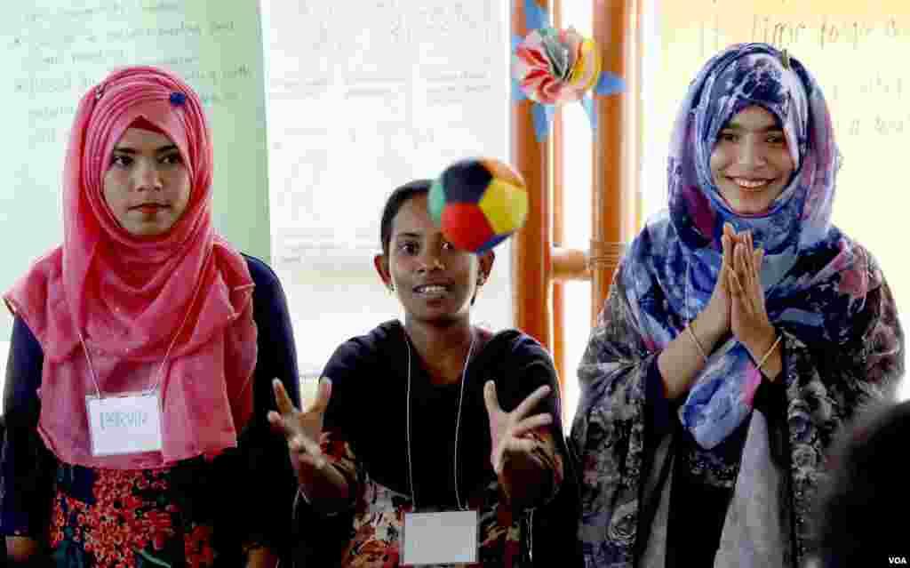 English teachers attend training at Camp 4 refugee camp in Cox's Bazar Mar. 30, 2019. (Hai Do/VOA)