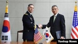 류제승 한국 국방부 정책실장(오른쪾)과 주한미군사령부 참모장인 토머스 밴달 미 8군사령관이 4일 서울 용산구 국방부에서 주한미군의 사드(THAAD) 배치를 협의하기 위한 미한 공동실무단 구성 관련 약정에 서명했다.