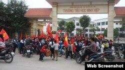 Học sinh nghỉ học đi biểu tình phản đối việc tịch thu bãi giữ xe để xây trung tâm thương mại ở xã Ninh Hiệp.