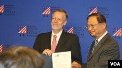 美國在台協會處長酈英杰(左)在高雄頒獎給美國船舶救援系統的台灣合作伙伴。