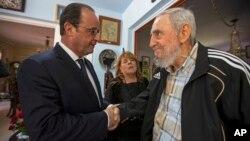 Fidel Castro estrecha la mano al presidente francés, François Holllande en La Habana.