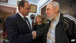 2015年5月11日古巴前领导人菲德尔·卡斯特罗(右)在哈瓦那与法国总统弗朗索瓦·奥朗德握手