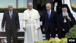 (ຈາ່ກຊ້າຍຫາຂວາ ) ປະທານາທິບໍດີ ປາແລສໄຕ ທ່ານ Mahmoud Abbas, ສັນຕະປະປາ Francis, ປະທານາທິບໍ ດີ ອິສຣາແອລ ທ່ານ Shimon Peres ແລະ ຄຸນພໍ່ Bartholomew