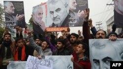 Musulmanes chiís paquistaníes protestan por el asesinato del principal comandante iraní Qassem Soleimani en Irak, fuera del consulado de EE. UU. en Lahore, el 7 de enero de 2020.