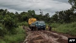 Un camion chargé de jerrycans de carburant en difficulté sur une route boueuse près de Fizi, Sud-Kivu, 24 mars 2015.
