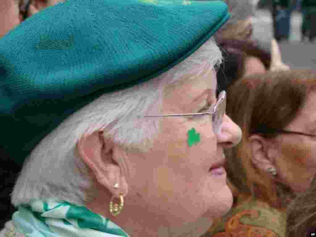 除了綠色打扮外,臉上還貼上酢醬草