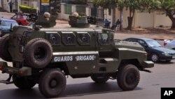 나이지리아에서는 최근 선거를 앞두고 폭탄 공격이 자주 발생하는 가운데, 지난 7일에 아부자 시에서 정부군 차량이 도시를 순찰하고 있다.
