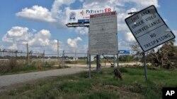 L'entrée vers un site contaminé près de la rivière de San Jacinto, le 29 septembre 2017, à Channelview, Texas.
