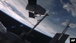 Phi thuyền chở hàng SpaceX Dragon lên tới Trạm Không gian Quốc tế, 20/7/2016.